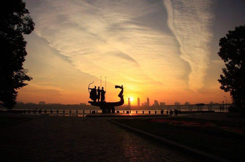 Восход солнца над памятником основателям Киева