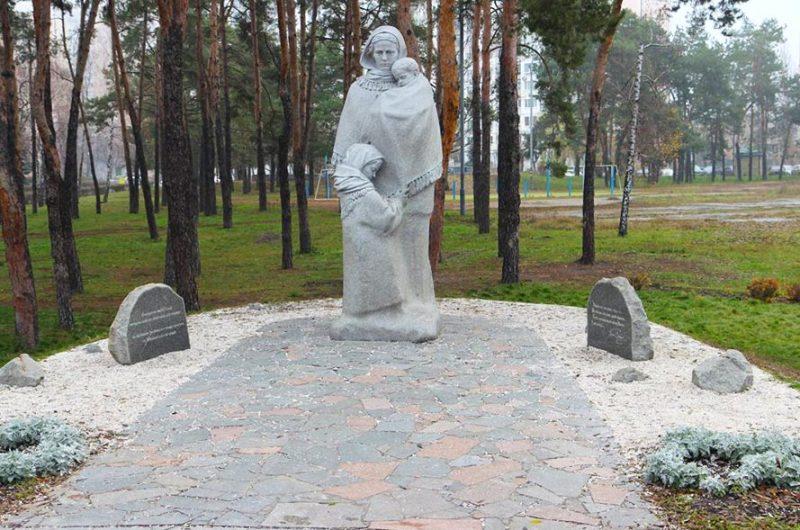 Памятник «Матери-вдове» в Киеве