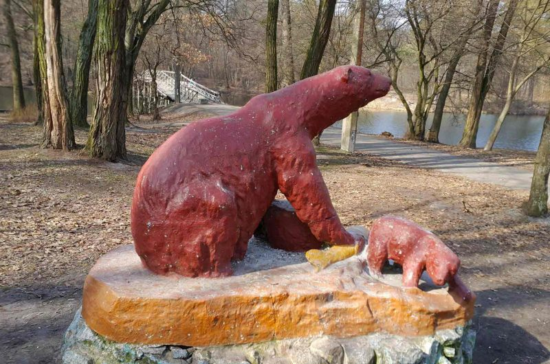"""Статуя медведей в парке """"Пуща-Водица"""""""