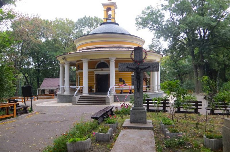 Церковь и крест на Аскольдовой могиле