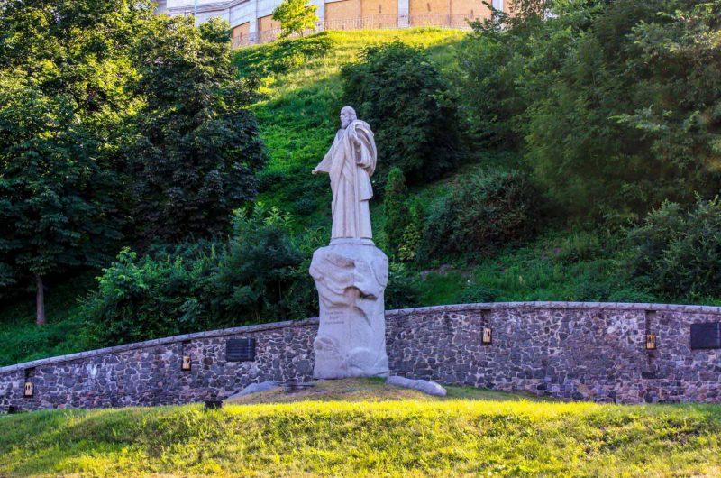 Памятник Святому Андрею на площади Андрея Первозванного