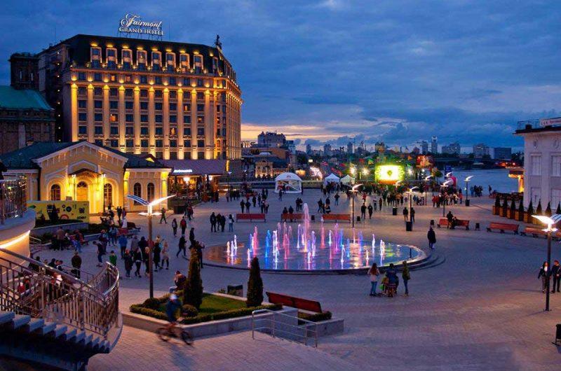 Красивый вечер на Почтовой площади в Киеве
