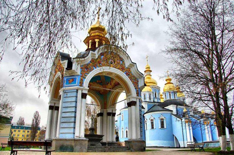 Территория Михайловского Златоверхого монастыря