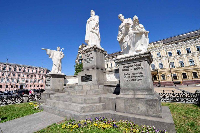 Памятник княгине Ольге на Михайловской площади