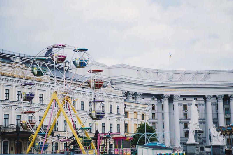 Колесо обозрения возле Министерства иностранных дел Украины