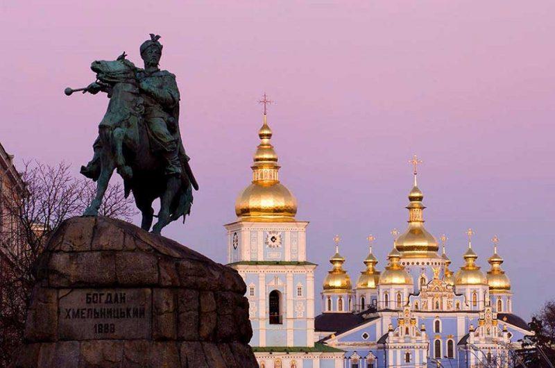 Михайховская пощадь на фоне памятника Богдану Хмельницкому