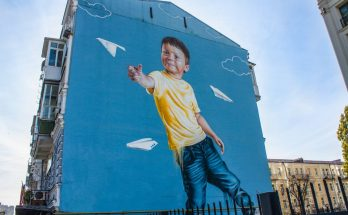 Мурал «Бумажные самолетики» на улице Антоновича, 48а в Киеве