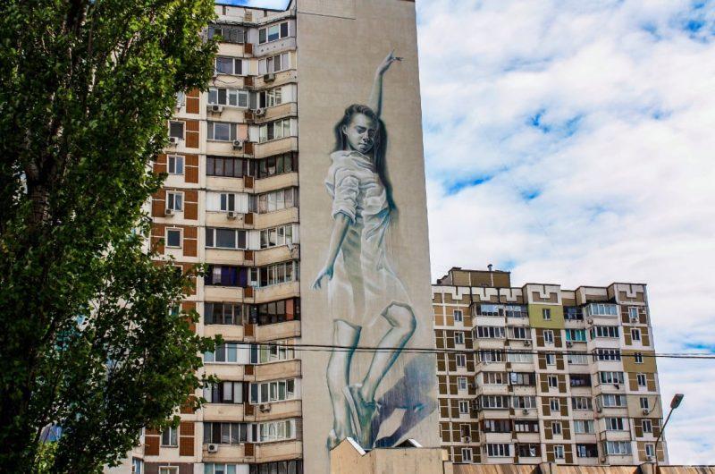Мурал «Танцующая девушка» на Оболони в Киеве